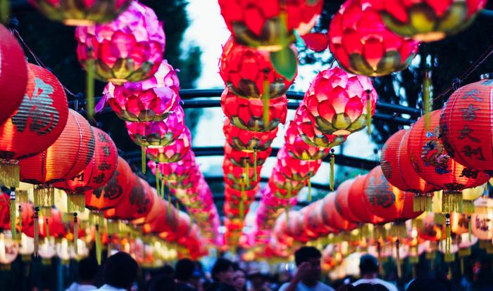 宮崎では、全国の美味しいものと約1万個のランタンの両方を楽しめる『みやざきグルメとランタンナイト』というイベントが開催されています。昼間でもランタンの美しさを感じることができ、夏のお祭り気分を味わうには持ってこいのイベントです!