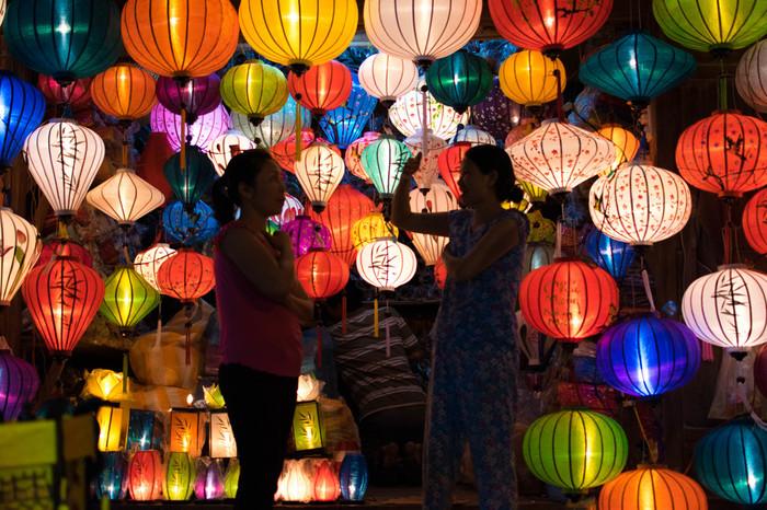 """ベトナムの古都""""ホイアン""""でも満月の日にランタン祭りが開催されています。しかも毎月です!中国系のランタンとはまた違った趣があり、昔にタイムスリップした気分でノスタルジックな雰囲気を味わうことができますよ。"""