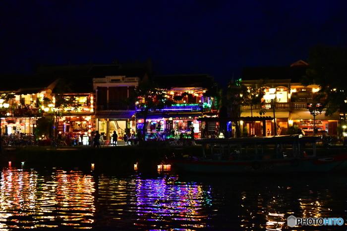 とくに、川沿いやナイトマーケット付近にランタンが密集していて賑わいを見せています。灯篭流しもできるので、興味がある方は幻想的な雰囲気の中、思い出作りにチャレンジしてみてはいかがでしょうか♪