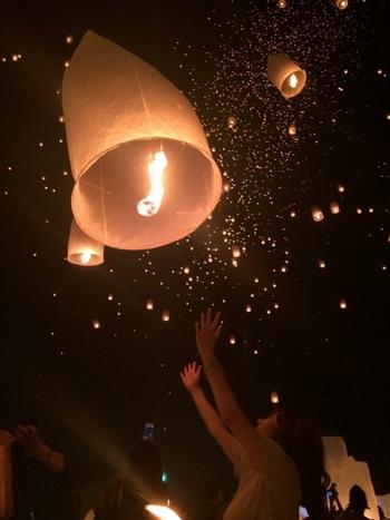 毎年11月の満月の日に開催されるコロムーイ祭りのスカイランタンは世界最大級!一生に一度は見たいと言われるほど豪華で見応えがあると注目を集めています。ツアーチケットも早々と完売してしまうそう!