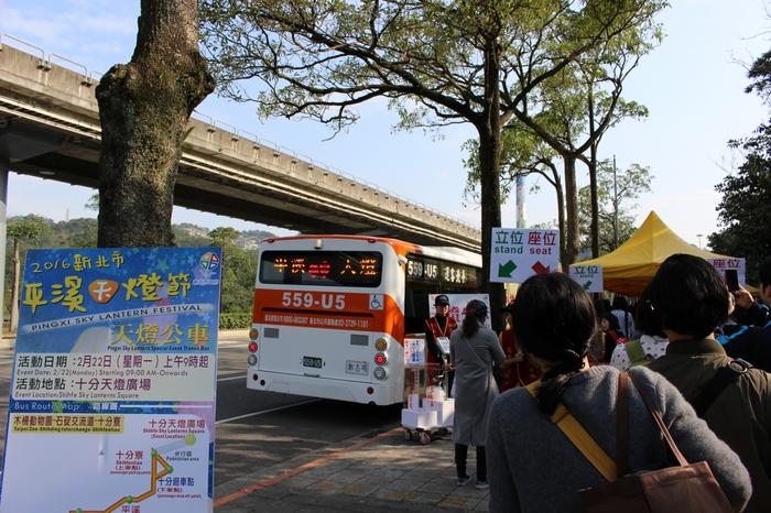 会場まで電車を使って行くこともできますが、おそらく専用シャトルバスを利用する方が楽でしょう。物凄い人数の参加者が利用するため、大変混み合いますからね。100台以上のバスが用意されているようなので、会場までスムーズに移動することができますよ!