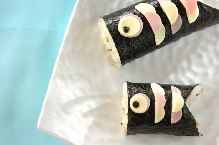 海苔巻きの切り方を変えて鯉のぼりに見立てたとっても可愛い「鯉のぼり寿司」。細巻き、太巻きと太さを変えて並べてみても可愛いですよね。