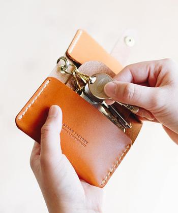 手縫いのステッチが印象的なカード&キーケース。カードと鍵を一緒に携帯できる、機能的なツール。色は、ブラウン、ブラック、ダークブラウン、ライトブラウン、レッドの全5色。