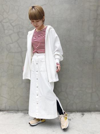 白コーデの中にアクセントカラーをプラスすれば、春らしさを感じるコーデに仕上がります。白い羽織のインナーに赤のボーダーを着ることで、白色が際立って明るい印象に。
