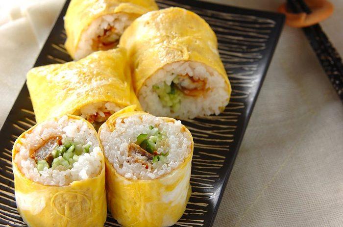 海苔の代わりに薄焼き卵で巻いたなんとも色合いも可愛らしい「卵巻き寿司」。人が集まる時やひな祭りにも作ってあげたい優しい味わいの巻き寿司レシピです。