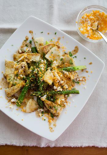 春が旬の筍とアスパラガスを使った贅沢なサラダ。たっぷり散らしたゆで卵が、なんとも華やかです。コリコリとした食感を楽しみながら召し上がれ。