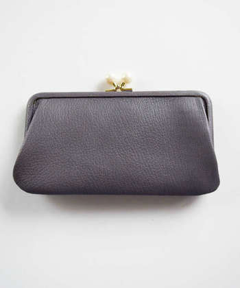 パチッと留める部分をまんまると大きくした、大きめのがま口長財布。やぎの革を使い、滑らかでほどよい光沢感が女性らしい逸品。使えば使うほど、艶っぽく味わい深くなる、そんなお財布です。