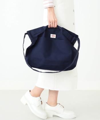 1935年創立、フランスのワークウェアメーカー「DANTON(ダントン)」。こちらのバッグは、ショルダーとしても手提げとしても持てる嬉しい2Wayタイプ。デイリーユースはもちろん、アウトドアシーンなどでも使える逸品です。