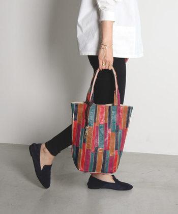 色とりどりのパッチワーク風のストライプがおしゃれなレザーバッグ。中は5つのオープンポケットで仕切られているので、荷物の整理にもとっても便利◎。