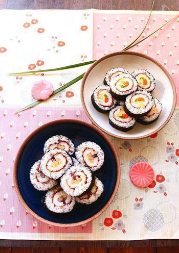 ちくわの穴に具材を詰めて、そのちくわをご飯と海苔で巻いた太巻きは途中は具材がずれてしまうことがないので初心者さんでも上手に作ることができますよ。食べ応えもありお花見にもオススメです。