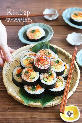 鯖缶を使って作る韓国風海苔巻きの「キンパ」。キンパを美味しく作るポイントは、ごま油と塩を混ぜたご飯で巻くこと。それだけでいつもと違った海苔巻きを作ることができますよ。また具材も缶詰を使うので簡単に作れます。