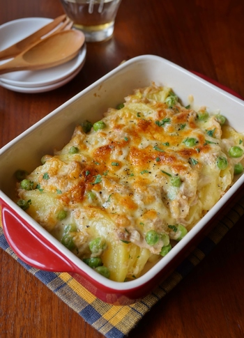 じゃがいもにツナマヨを乗せて焼いたお手軽グラタン。グリーンピースが彩りを添えてくれるので、簡単に作れるレシピですが、見栄えもばっちりです。小さなカップに詰めてお弁当にしても◎