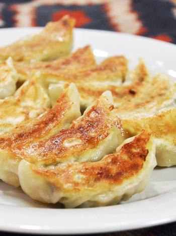 こちらは餃子の具材にタケノコを加えたレシピ。みじん切りにしたタケノコが入ることで、食感が楽しめる一品になります。いつもとは違う餃子を食べたくなった時にはぜひ試してみて!
