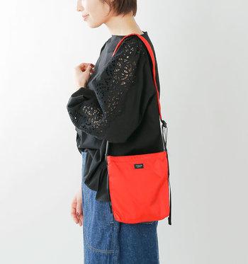 鮮やかな色合いが気持ちを浮き立たせてくれるショルダーバッグです。肩紐の長さは調節可能で、斜め掛けもできます。レッドの他にブルーやグリーンなど色々な色が選べます。