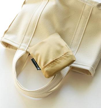 折りたためば、四角くコンパクトになります。袋は内側についているんです。