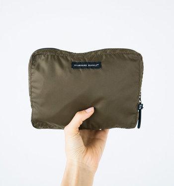 折りたためばポーチくらいの大きさにまでコンパクトに。旅先でのワンデートリップに便利なバッグです。
