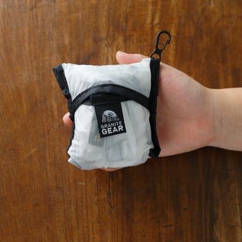 ポケットに折りたためば、手のひらサイズまでコンパクトになります。小さめバッグでもかさばらないから、お出かけのバッグにサッと入れられそう。