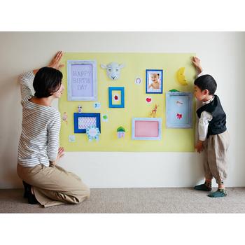 お料理の準備をしたりと、忙しいママさんや、カメラ初心者のママさんに朗報!記念撮影用の壁紙ポスターを活用すれば、お部屋の壁に一枚貼るだけで、あっという間にお家を写真スタジオに変身させることができますよ。  こちらは、グラこころというショップで販売されている、その名も「おうち写真館」。  フォトフレームが壁にかかっているように見えますが、実は壁紙の一部となっており、そのリアルなクオリティにびっくり。もちろん、フレームのなかに、好きな写真を貼ることもできます。
