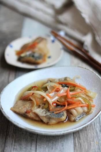 さっぱり味の南蛮漬けは、野菜もたっぷり入るのでとってもヘルシー。揚げたらすぐ南蛮酢に漬けて、しっかり冷やすのがポイントです。