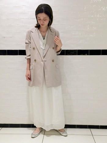 優しい雰囲気のワンピースに、ゆるりとしたジャケットを合わせたワントーンコーデ。適度に力が抜けた作り込みすぎないスタイルが素敵ですね。
