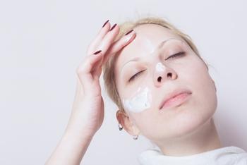 洗顔後は、炭酸パックを顔全体に塗ります。  ここでワンポイントアドバイス!炭酸パックは低温のほうが効果がアップするそうなので、塗る前に一度冷たいタオルなどで顔を冷やしてから塗るといいですよ♪