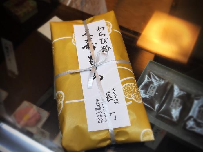 昔ながらの風情が格別の「長門」は、江戸期創業の老舗和菓子店。代々徳川家の菓子司として仕えた江戸の名店です。  羊羹や季節の上生菓子等など多彩な和菓子が並びますが、お勧めは、なんと言っても『久寿もち』。 くず餅は、一般に関東と関西では異なり、関西では葛粉を用いて、透明でぷるんとした食感。一方の関東では、小麦粉の澱粉を乳酸菌で発酵させたものを用い、濁色で独特の風味があり、しっかりした食感で食べごたえがあります。