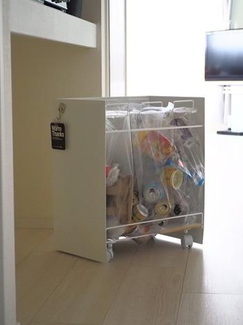 実はこちらのシンプルなゴミ箱…分別出来るようになっており、コンパクトながらも3種類のゴミの分別が可能なんです。見た目だけでなく、機能性も◎。