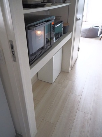 棚の下にある、白いシンプルなダストボックス。コンパクトな大きさと、無駄がなくシンプルな見た目が存在を感じさせず、お部屋にすっと馴染んでいます。もはやゴミ箱だとは分からないレベル。