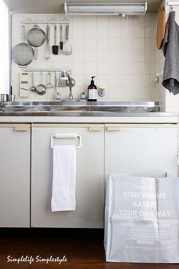 こちらのお宅は、汚れたら丸洗いも可能なランドリーバッグをゴミ箱にしているのだそう。必要のないときには折りたたんで収納も出来るので、シンプルな暮らしにぴったりあいますね。100均で購入できるコスパのよさも魅力です。