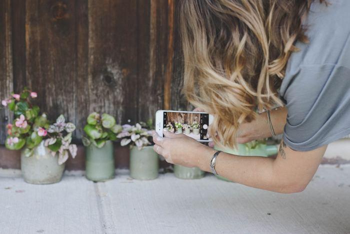「花暮らし」は単にお花を生けるだけではありません。生けたお花を写真に撮ったり、お花に合わせて模様替えをしてみたり。SNSでシェアすれば、お花の仲間が見つかるだけでなく、飾り方や組み合わせ方が参考にもなります。工夫やアイディアしだいで、「花暮らし」はいかようにも楽しめるのです。
