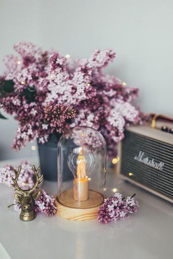 お花を飾るタイミングで、小さな模様替えをしてみてはいかがでしょうか。収納棚の上だけ、キッチンカウンターの上だけ、というように。お花とのバランスを見て、クロスを敷いてみたり、キャンドルを並べてみたり、小さな模様替えで気分転換するのも素敵ですね。