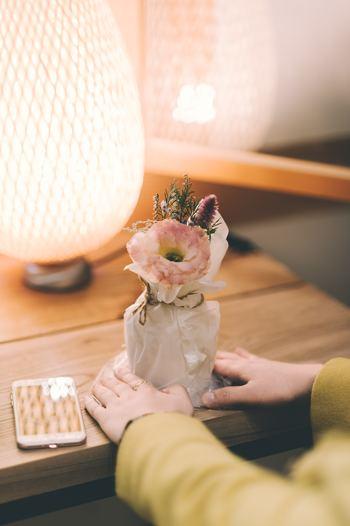 花を生けるのは花瓶とは限りません。脚付きのグラス、ジャムの空き瓶、ピッチャー、マグカップなど、なんでもいいのです。飾りたい場所に合わせて器を選んでもいいですし、生けてみたい器をどこに飾るか考えるのも楽しいですね。