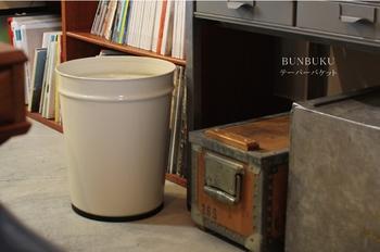 学校などで使われていたようなゴミ箱をイメージさせるBunbuku(ブンブク)。お部屋の雰囲気をほっこり穏やかにしてくれます。丈夫なので、同じものを長く使いたい方におすすめ。