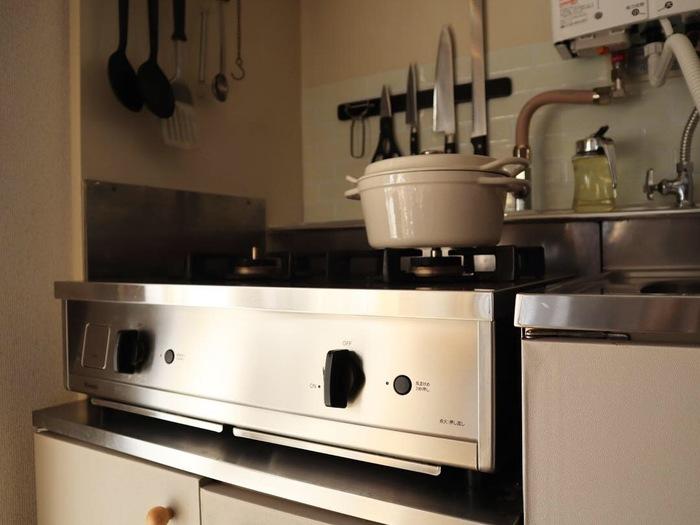 えはみさんが『Vamo.』と出合ったのは、今から2年ほど前のこと。雑誌の広告で見かけたスタイリッシュな見た目に、一瞬にして虜になったそうです。 築40年近いレトロなキッチンに馴染みながらも格調高い雰囲気へと仕上げてくれそうな、鈍く光るステンレスのボディ。どこかレストランの厨房を思わせる、余計な凹凸が限りなく少ないシンプルなデザイン。普通のガスコンロとは一味違う、その佇まいに惚れ込んで迎え入れた『Vamo.』は、えはみさんの期待通りにキッチンの居心地の良さをグッと高めてくれました。