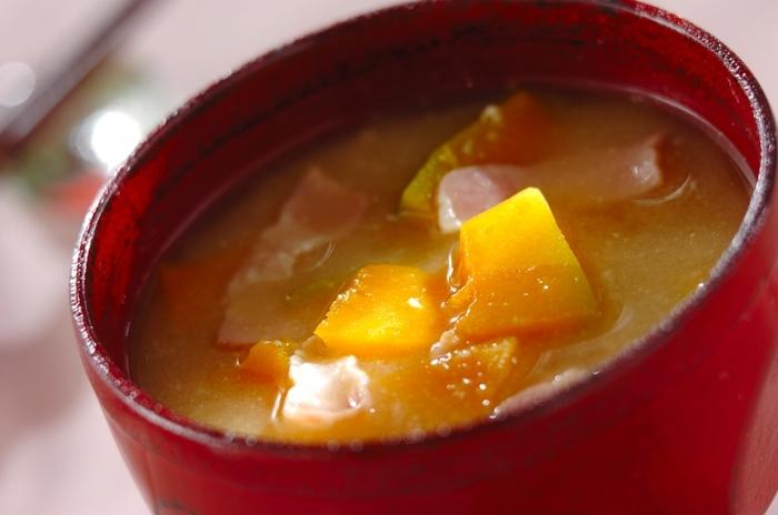 優しいかぼちゃの甘さが広がる、食べごたえのあるお味噌汁。 たっぷりのかぼちゃとベーコンの相性も抜群で、お野菜嫌いのお子さまにもおすすめです!
