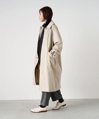 今年らしいデザインの、オーバーサイズのステンカラーコート。光沢が美しいハリのあるコットンギャバジンで美しく丁寧に仕立てられたコートで、ベーシックなパンツスタイルをアップデートしましょ♪