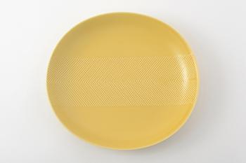 食卓が明るくなるイエロー。パスタやカレーなどによく合います。パステルよりのものは洋風、少し黄土色に近いものは和風な料理に合いますよ。