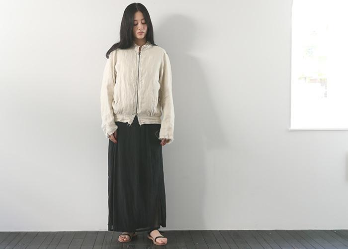 ナチュラルでアンティークな雰囲気のブルゾン。19世紀後半のジャケットのディテールが落とし込まれた趣あるアウターは、黒のロングスカートやペタンコサンダルにサラリと合わせて。