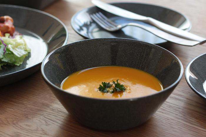 スープやサラダを盛りつけるのに便利なボウル。手持ちのプレート皿と色味を合わせるとコーディネートしやすいです。大きめのものであれば、パスタやカレーを盛りつけるのにも使えます。