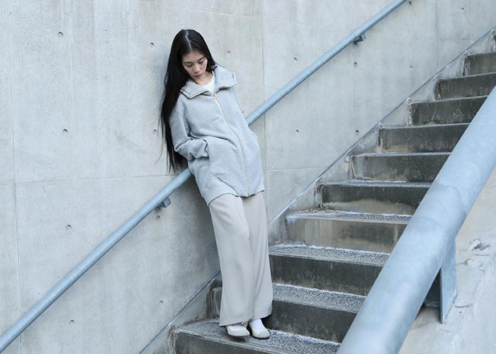 hatoraは、デザイナー長見佳祐が2010年にスタートしたユニセックスウェア・レーベル。主に「部屋」をテーマにしたフードウェアを中心に「居心地のよい服」を追求しています。現代アートグループとのコラボレーションなど、ジャンルを超えた展開からも目が離せないレーベルです。