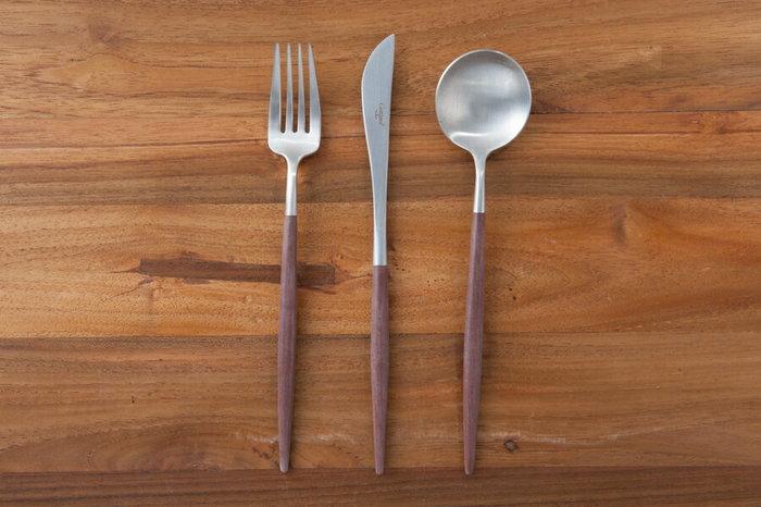 カトラリーは、スプーン・フォーク・ナイフの1セットを同じブランドで統一させると雰囲気がまとまります。細めのものを選ぶとおしゃれに見えますよ。質感は木目のものや、シンプルなものを選ぶと、合わせるのが難しくないのでおすすめです。