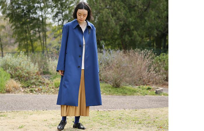 他にはないディープブルーがノーブルな印象。存在感抜群のステンカラーコートは、着丈を大きく長くとったシンプルなアウターです。プリーツスカートやカットソーに軽く羽織るだけで雰囲気たっぷりのコーデが完成します。