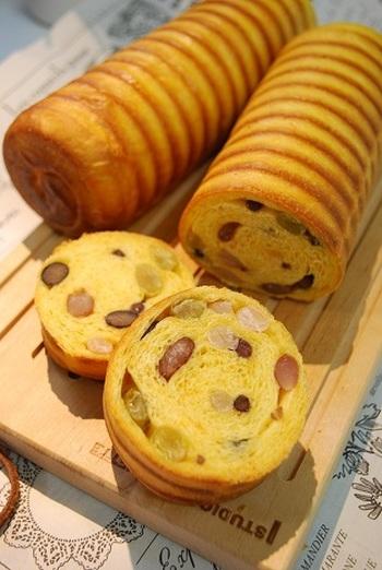 人参の使用量…【スリムラウンドパン型1個分】70g 70gのすりおろし人参と甘納豆がたっぷり入った、キャロット大納言ラウンドパン。ほんのりオレンジ色の生地と甘納豆が見えるカット面もかわいいですね。