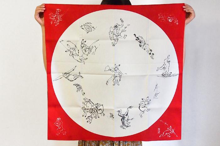 鳥獣人物戯画でおなじみのうさぎ、サル、カエルのユーモラスな動作が楽しめる風呂敷。広げたときに思わず笑顔になってしまうのはもちろん、包むときにも、どのキャラクターが見えるように包むか工夫することで楽しめる一枚です。68×68cmは、ワインを二本包むことができるサイズ。そのまま壁に飾って、タペストリー代わりにするのもいいですね。