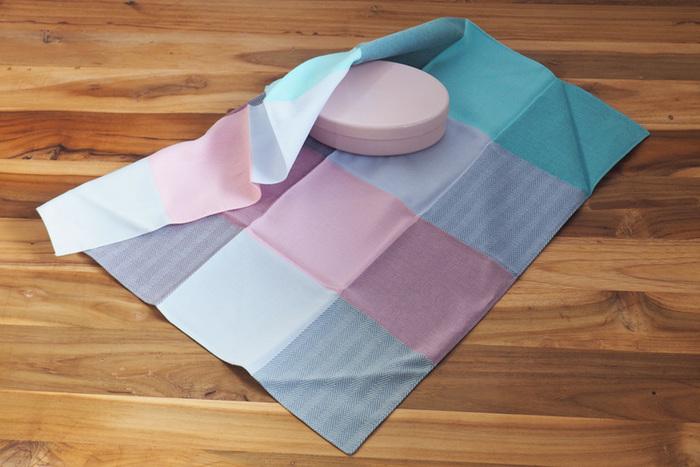 48×48cmの小さめサイズは、お弁当を包むのにぴったりです。こちらの風呂敷は爽やかな色合いで、ランチタイムを明るく彩ってくれますよ。折りたたんでハンカチとして使うのもおすすめです。