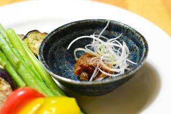 長ネギ、茗荷、生姜と大人な味わいの薬味が沢山入ったネギ味噌ダレ。シンプルな野菜スティックと一緒に食べたり、焼き魚と一緒に食べたり、様々な和食とも相性ぴったりです!