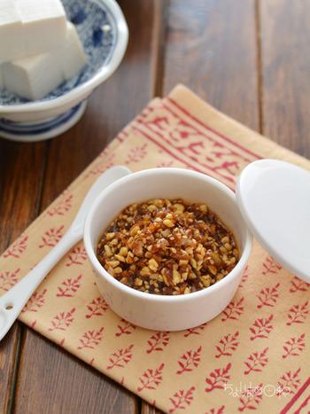 食べるラー油もお家で手作りできちゃいます!ピーナッツやアーモンド、胡桃などお好みのナッツをたっぷり入れることで歯ごたえも楽しめる香ばしいピリ辛調味料に♪