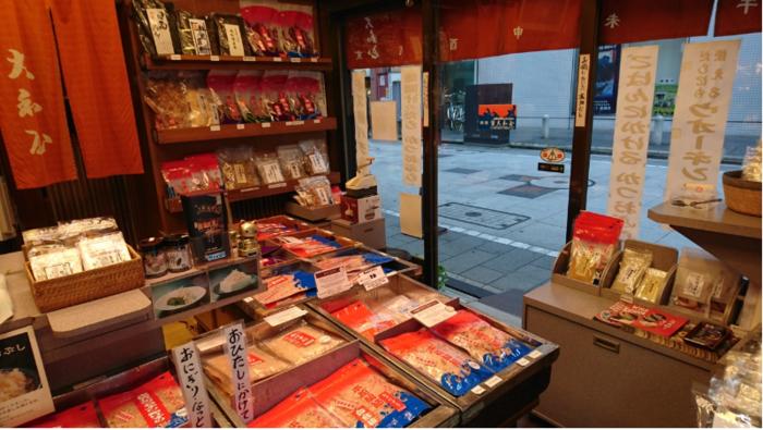 黒板塀の風情が一際印象的な店内には、出汁用、おかか用、おにぎり用、また厚削り、糸削り、花削り等など、様々な鰹節が所狭しと並べられ、鰹以外の、鯖節や宗田節、昆布等のの商品も扱われています。