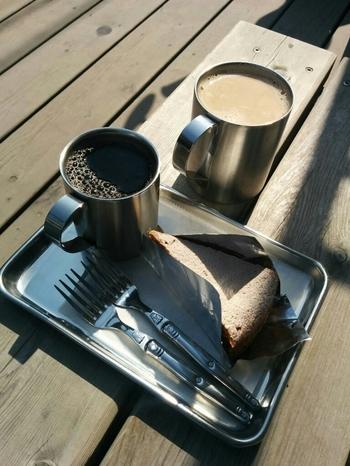 メイソンジャーからアルミのカップにいれてくれるコーヒーとスパイシーなキャロットケーキの組み合わせはベストマッチ。シンプルさが心地よい鎌倉駅からほど近い素敵空間がそこにあります。