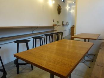 店内はお一人様でも気兼ねなくのんびり座れて、美味しい一杯を味わうことができる大人な空間です。